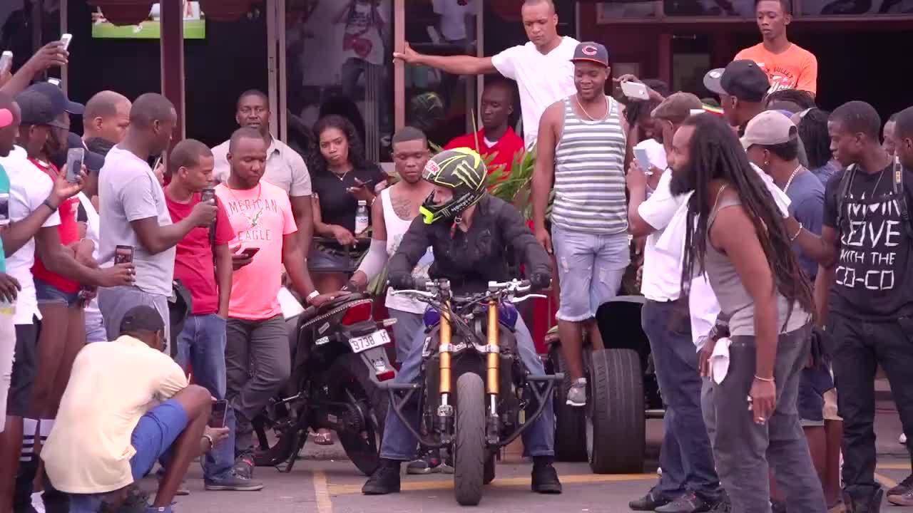 As coisas que esse homem faz em cima de uma moto são surpreendentes