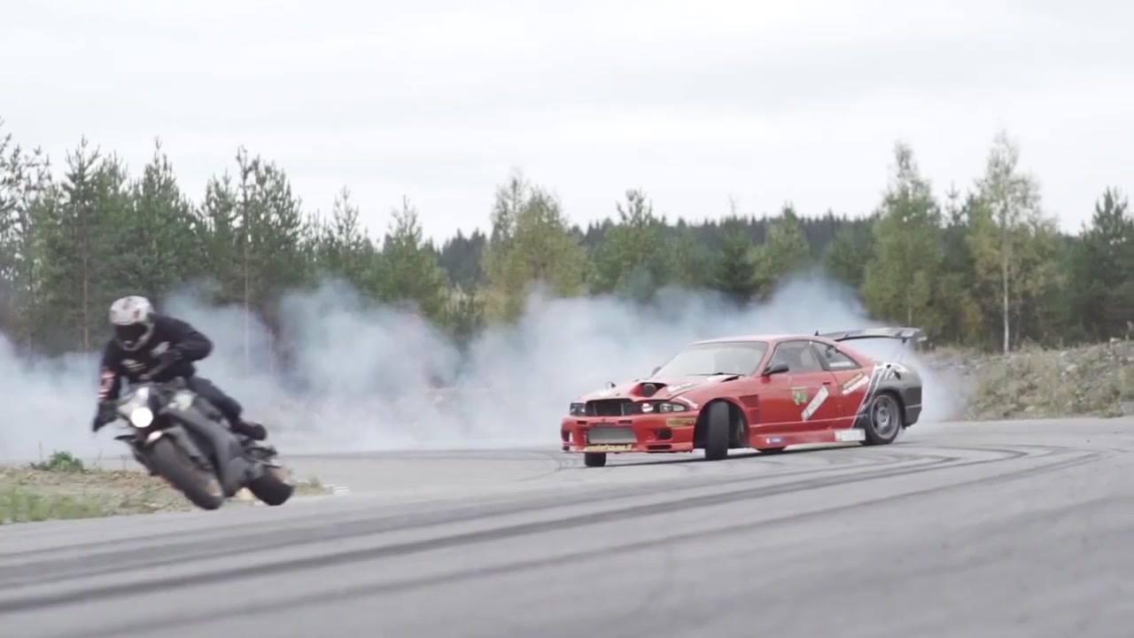 Competição entre uma moto e um carro