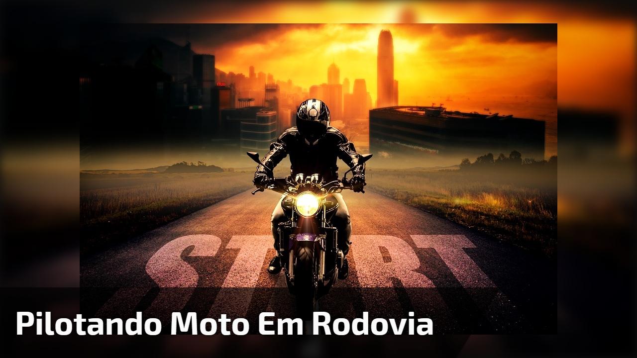 Pilotando moto em rodovia