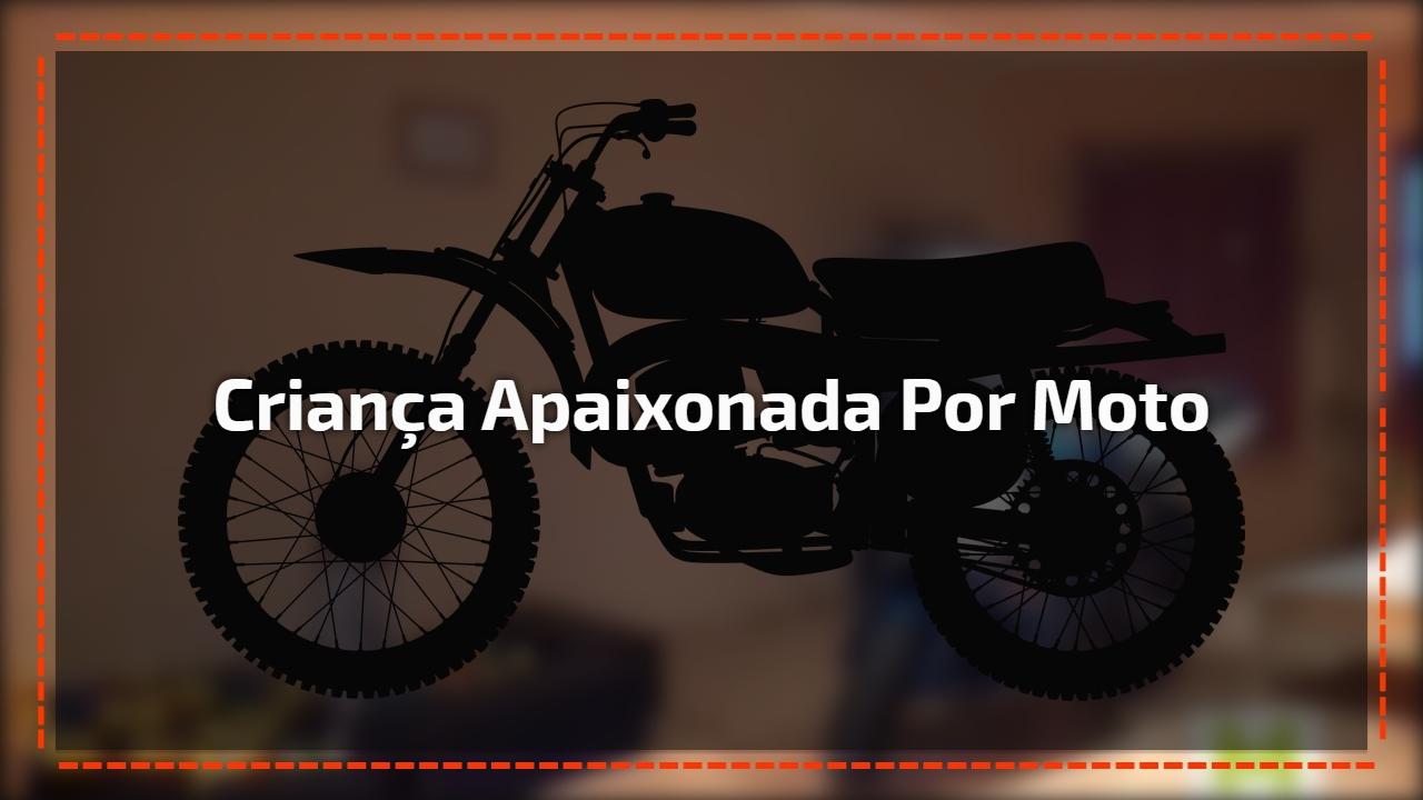 Criança apaixonada por moto