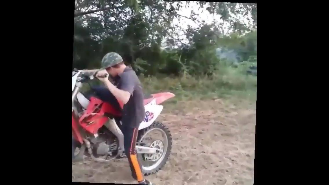 Crianças pilotando moto e se dando mal hahaha