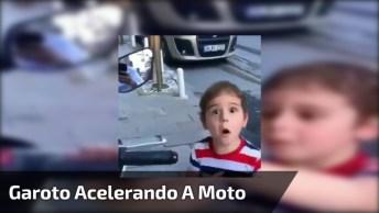 Garotinho Acelerando A Moto Parada, Veja Sua Reação Que Fofo!