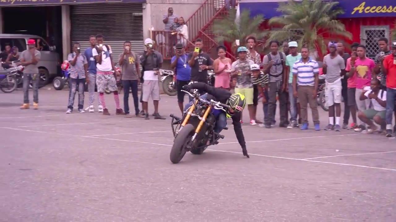 Manobras radicais em cima de uma moto