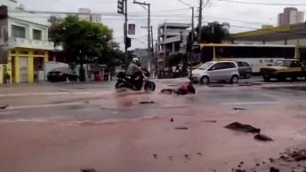 Moto Some Em Poça De Água No Meio Da Rua, Confira Que Desespero!
