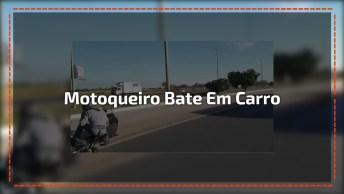 Motoqueiro Bate Em Traseira De Carro, Levanta E 'Atropela' Outra Moto!