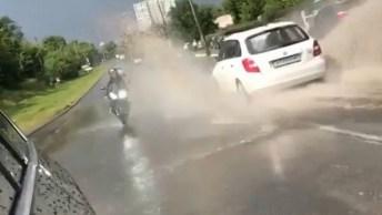 Motoqueiro Ganha Um Banho De Enxurrada Após Chuva, Veja Em Câmera!