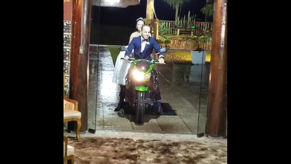 Noiva entrando em festa de casamento de moto