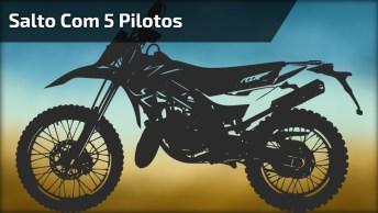 Para Os Amantes De Motos, Rsrs. Um Super Salto Com 5 Pilotos Em Uma Moto!
