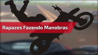Rapazes Fazendo Manobras De Moto Em Estrada Deserta, Confira!