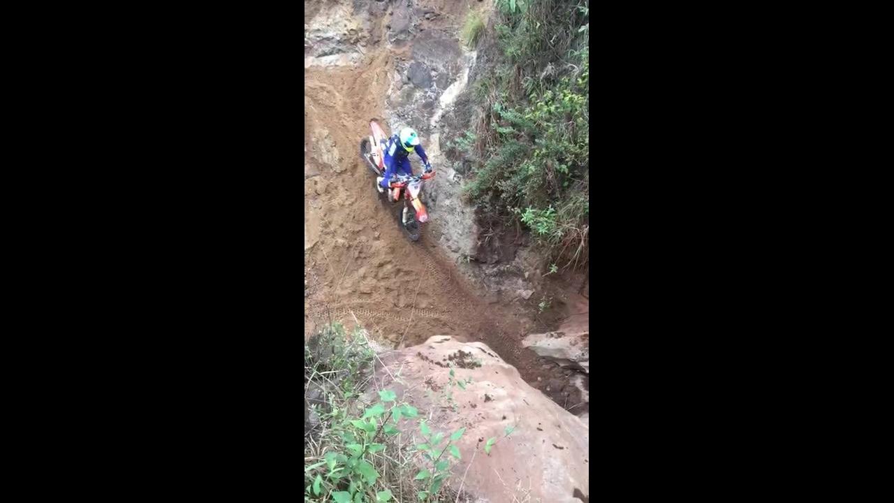Tentando subir uma pedra com a moto