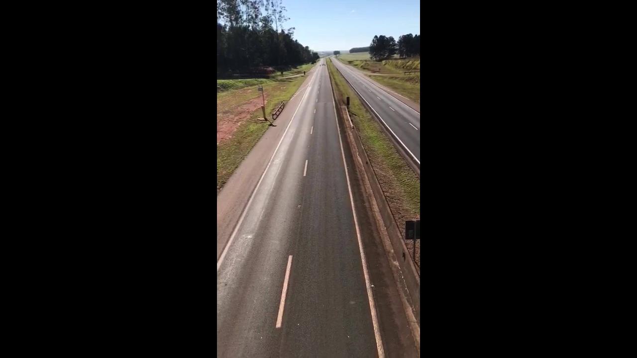 Vídeo mostrando motos em alta velocidade