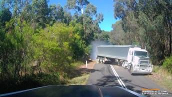 Acidente Com Árvore Caída No Asfalto, Veja A Velocidade Que Estava O Caminhão!