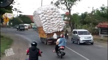 Caminhão Tomba Por Excesso De Peso, Sim Ou Com Certeza? Kkk!