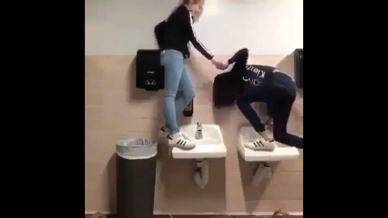 Fazendo arte no banheiro com a amiga