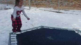 Menina No Pula-Pula Na Neve, Para Rir Muito E Compartilhar Kkk!
