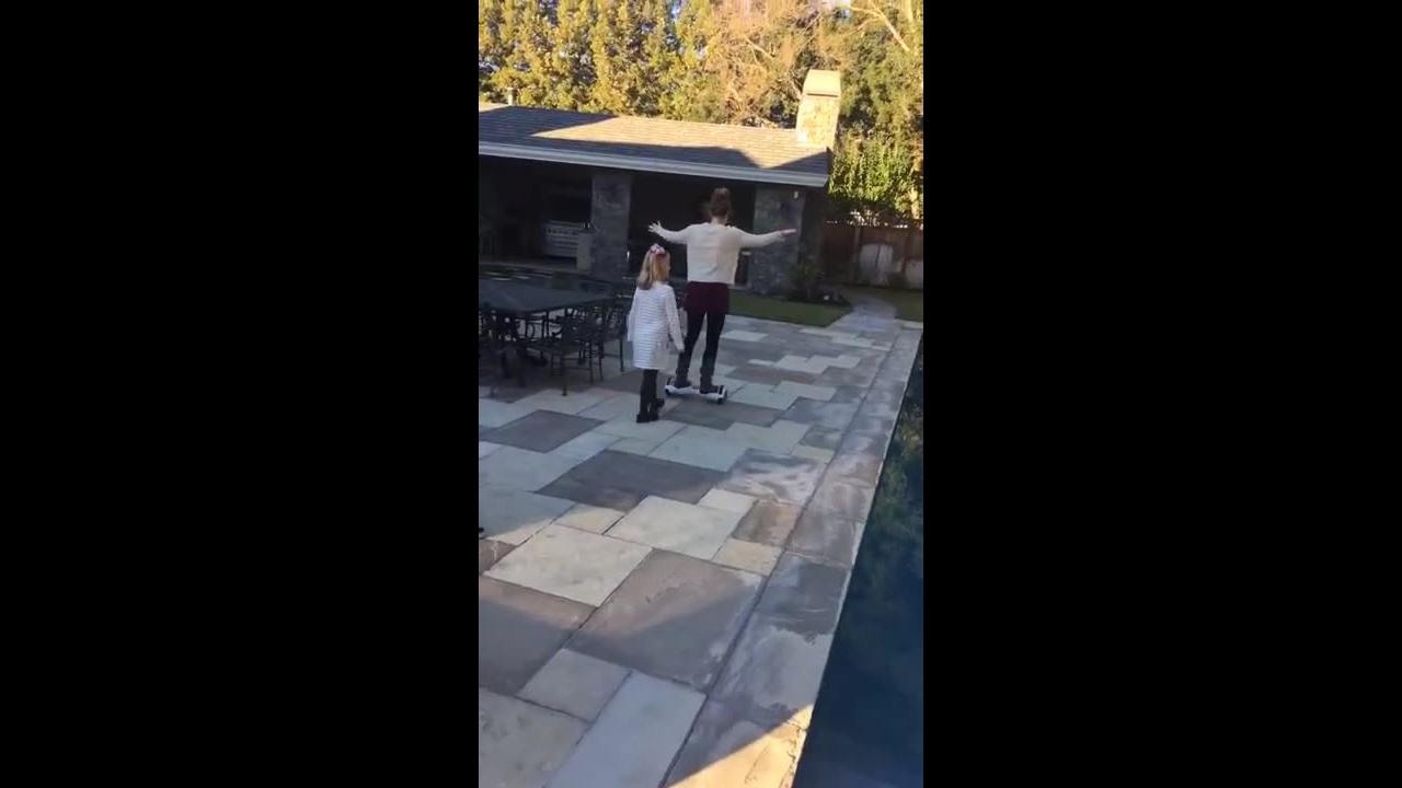 Mulher se equilibrando em Hoverboard