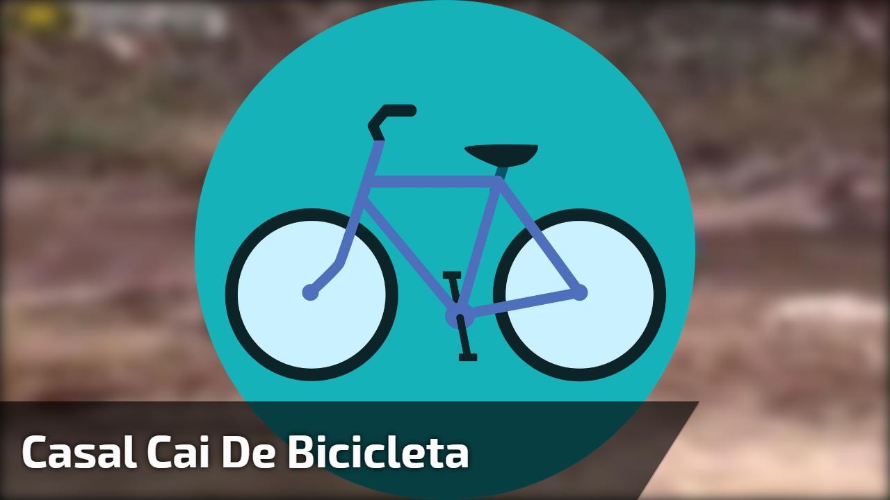 Casal cai de bicicleta