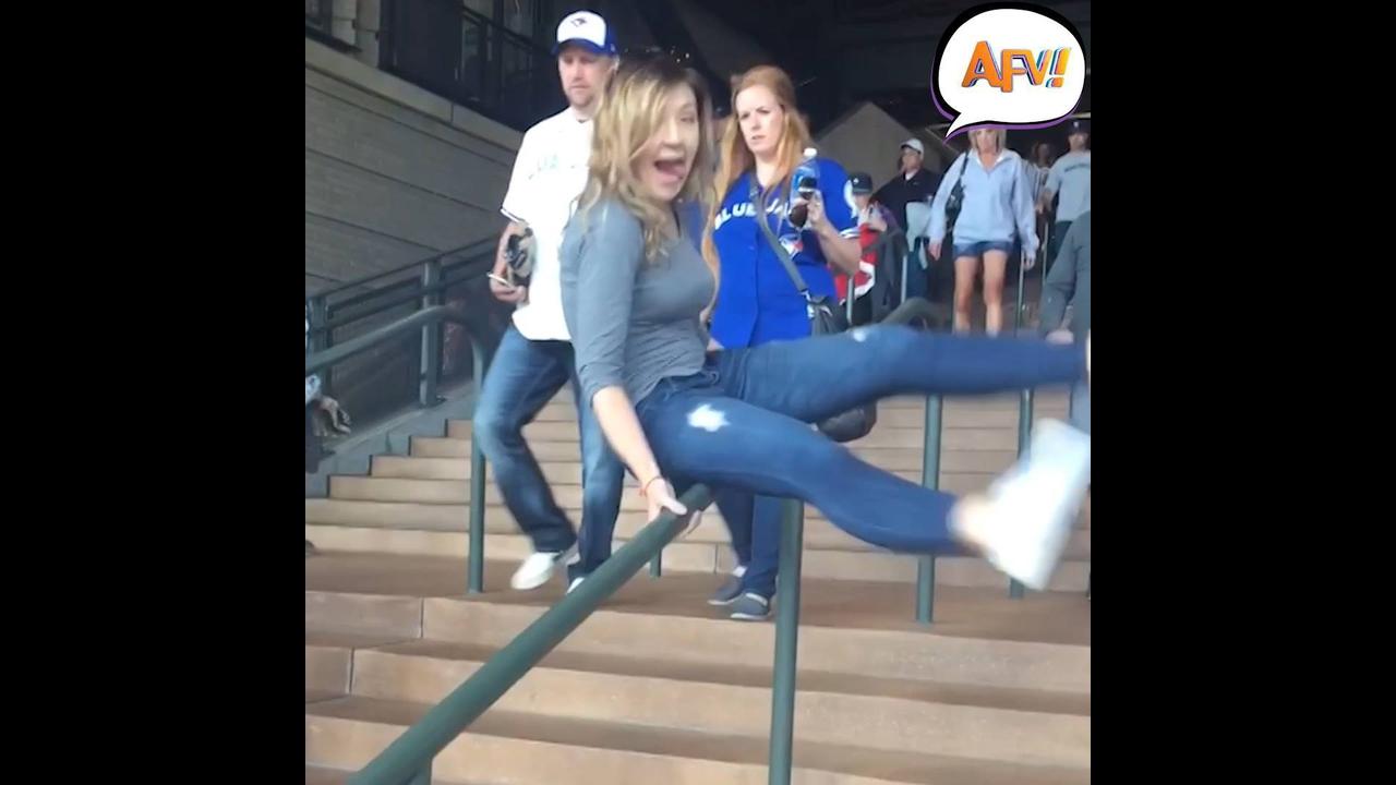 O perigo das escadas, quem nunca caiu em uma, hein? Hahaha!