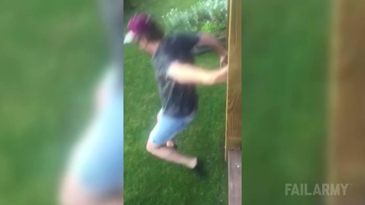 Olha o que esse amigo fez ao pular de uma varanda