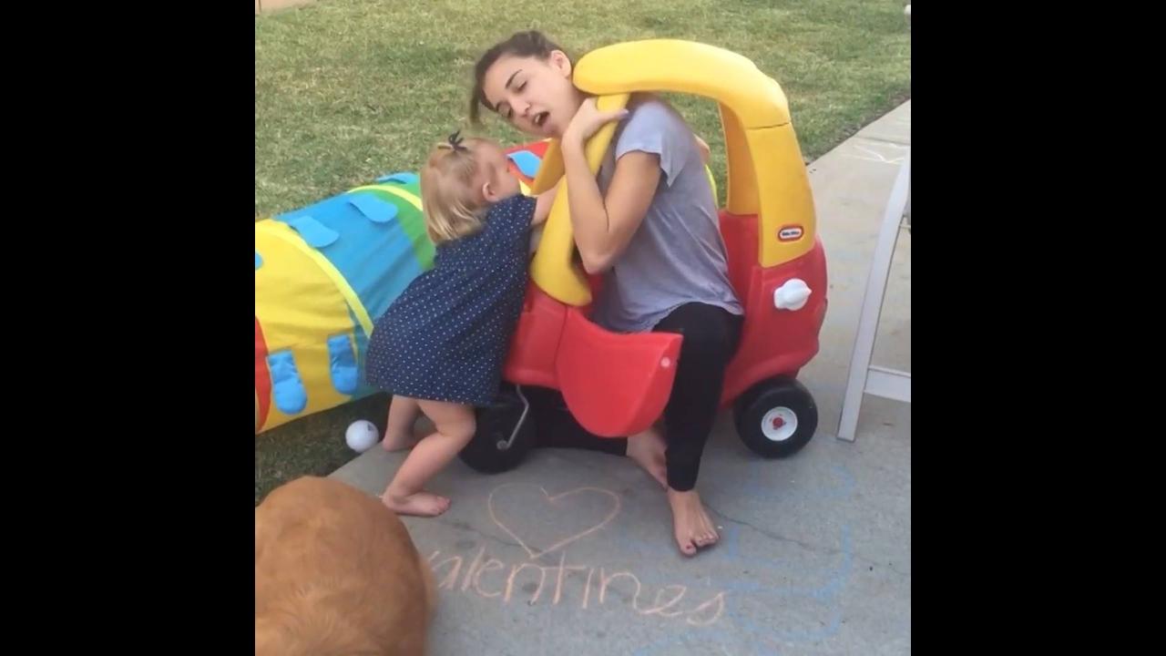 Adultos tentando fazer brincadeiras de crianças, só podia dar errado hahaha!