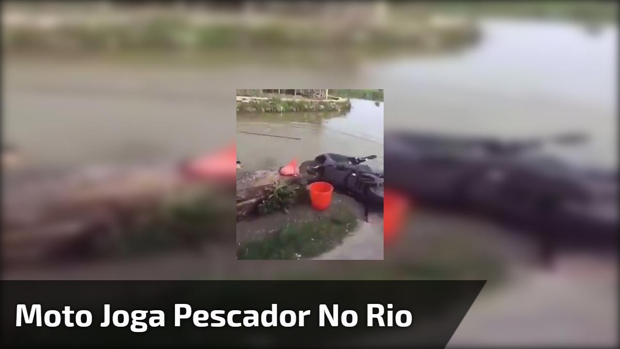 Moto joga pescador no rio