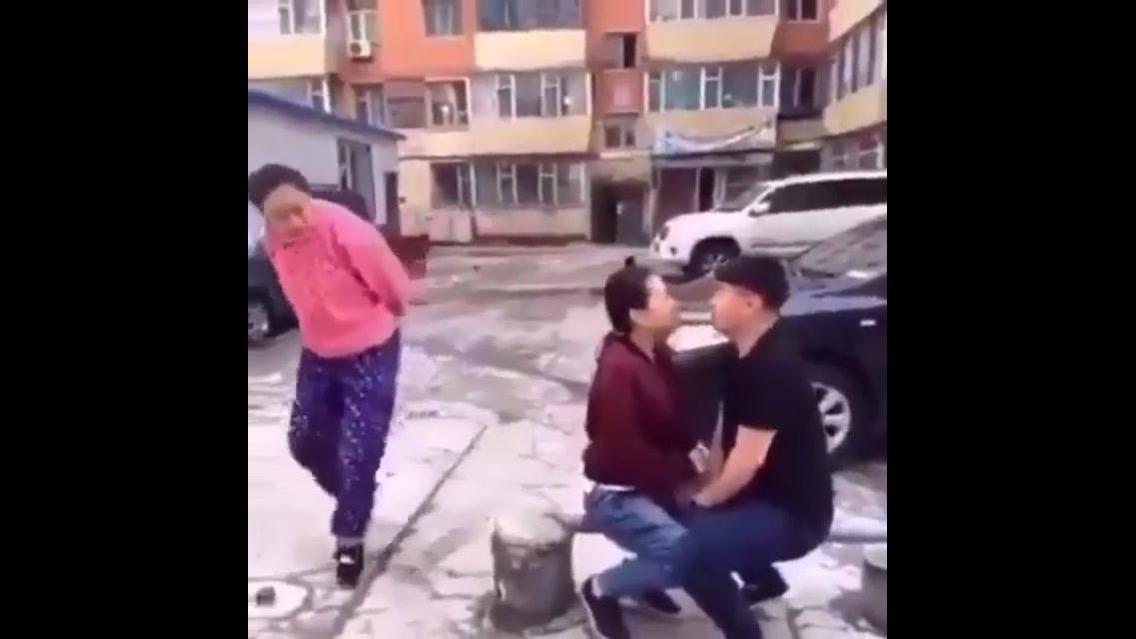 Aquele momento em que você vê um casal se beijando na rua