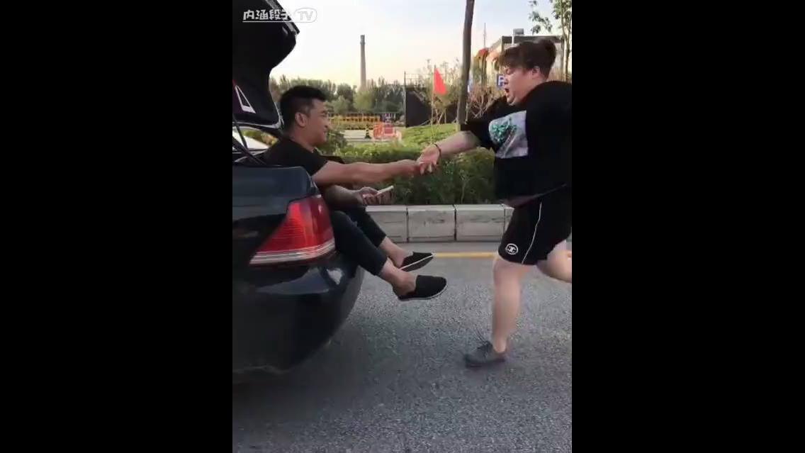 Como fazer uma pessoa correr atrás de um carro
