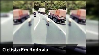 Homem De Bicicleta Ultrapassando Caminhões, Ele Não Tem Freio Hahaha!