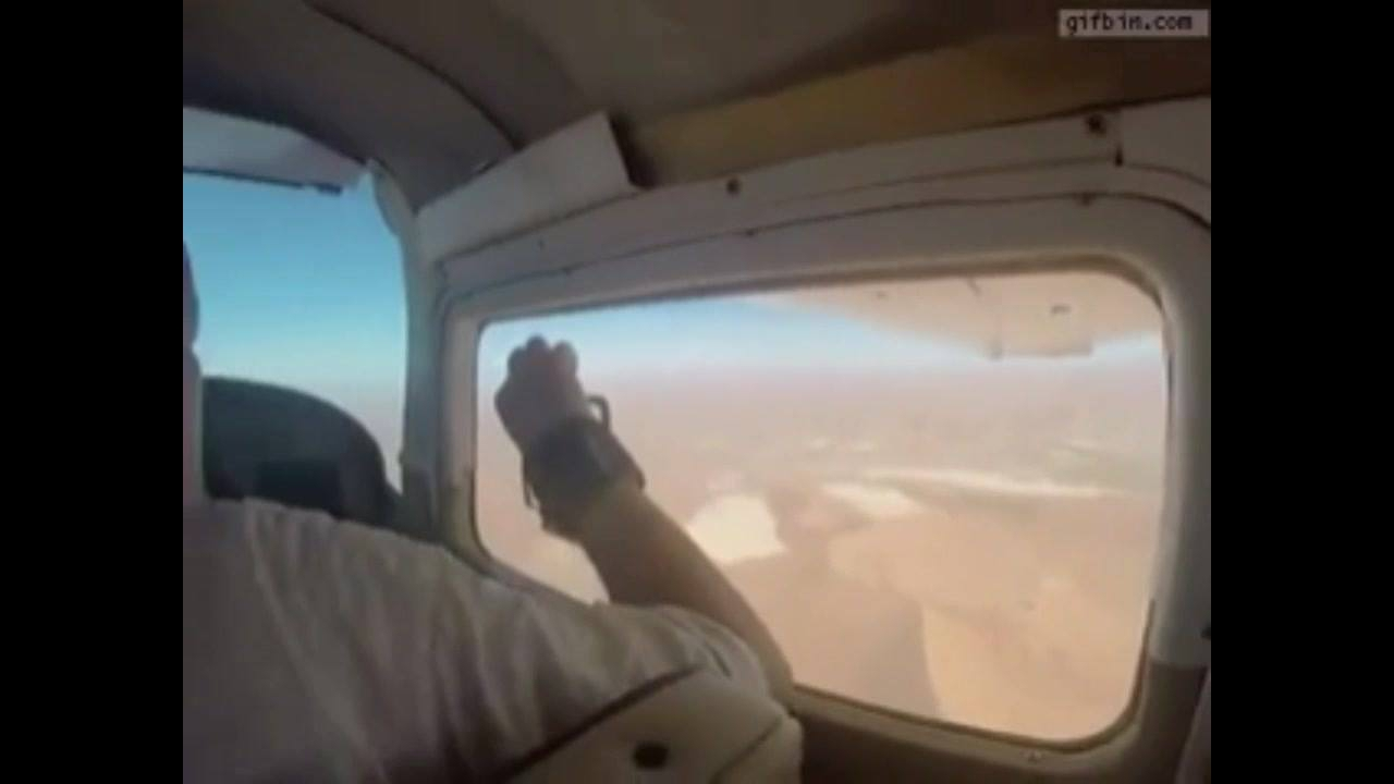 Homem resolve bater uma foto rapidinho na janelinha do avião