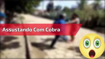 Homem Se Assusta Com Cobra E Sai Gritando Muito Hahaha, Confira!