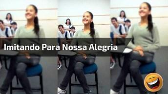 Menina Cantando Na Escola Para Nossa Alegria, Para Rir Muito!