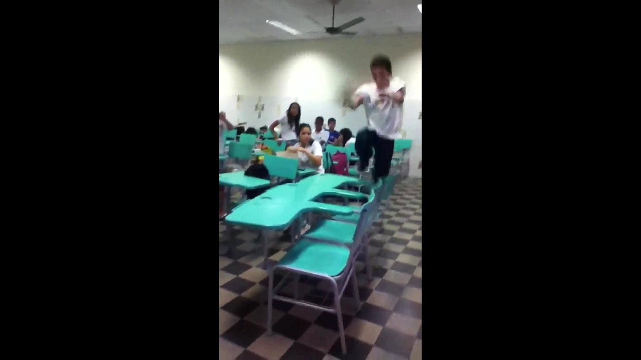 Menino vai tentar fazer um video pulando mesas na sala de aula e se dá mal
