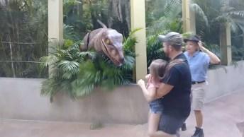 Mulher Levando Susto Com 'Dinossauro' Em Parque, Para Rir Muito!