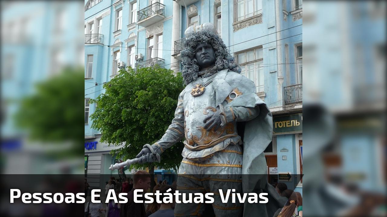 Pessoas e as estátuas vivas