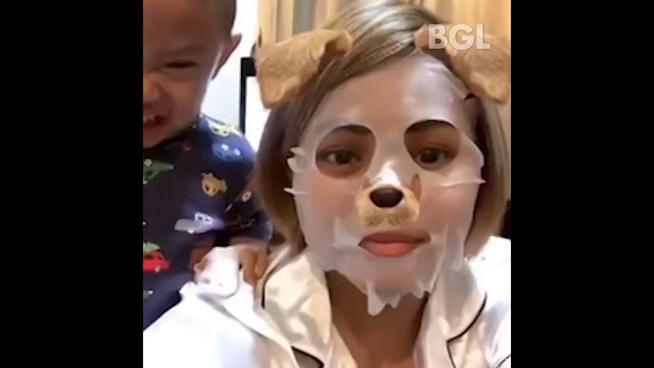 Pessoas sofrendo com depilação no rosto