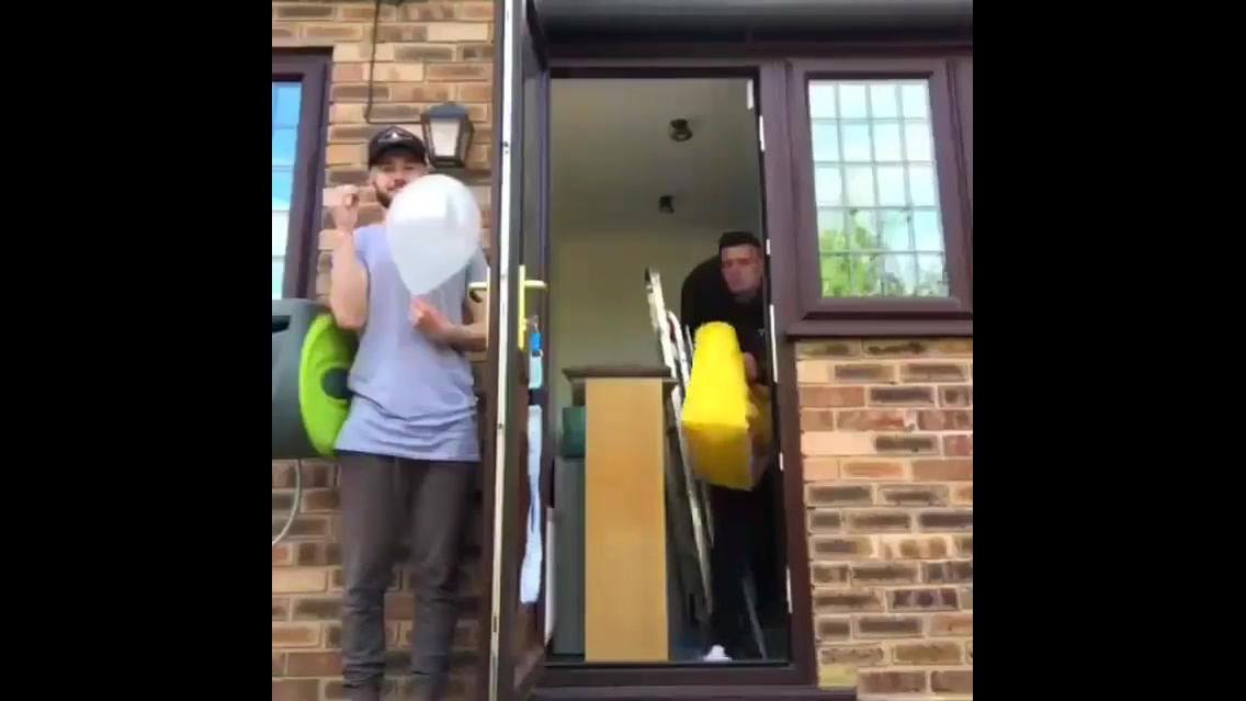 Rapaz assustando seu amigo com estouro de balões