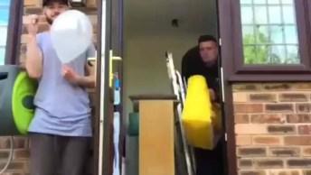 Rapaz Assustando Seu Amigo Com Estouro De Balões, Esse Parece Tentado Hein!