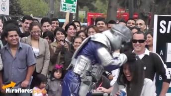 Robô Engraçado Fazendo Apresentação Em Praça Pública, Confira!