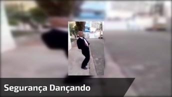 Segurança Dançando Noites Traiçoeiras Na Rua, Ele Deve Ter Ganhado Um Aumento!