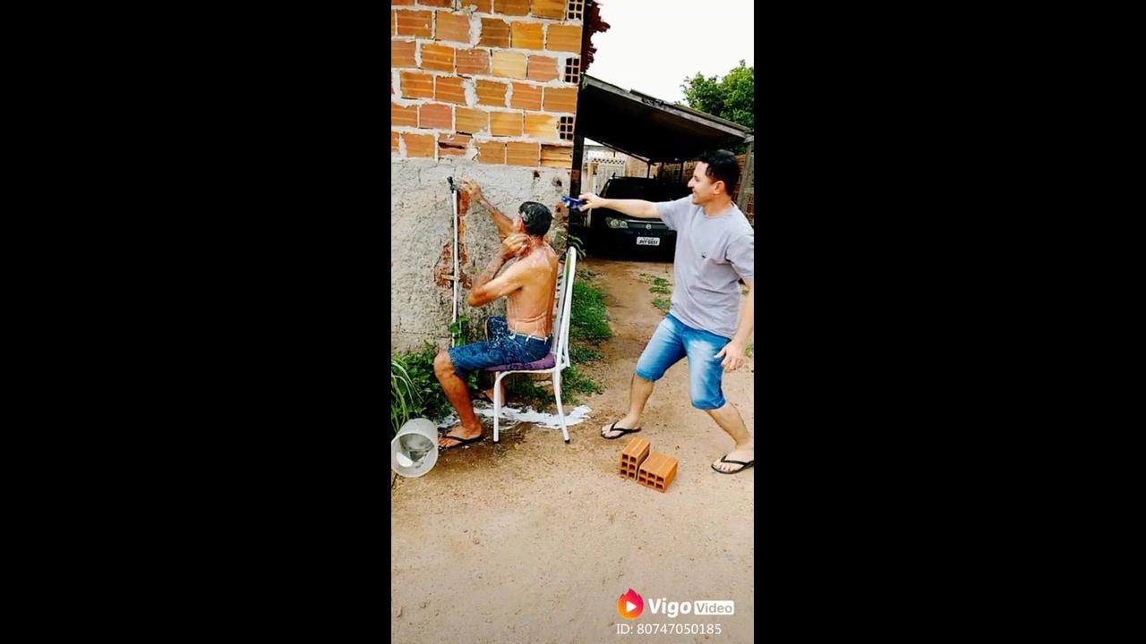 Trolando um amigo que esta lavando a cabeça no quintal hahaha
