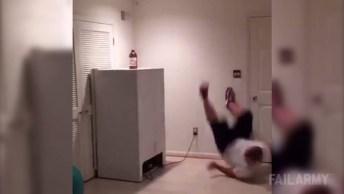 Veja O Que Acontece Quando Esse Rapaz Decide Executar Danças Perigosas Em Casa!