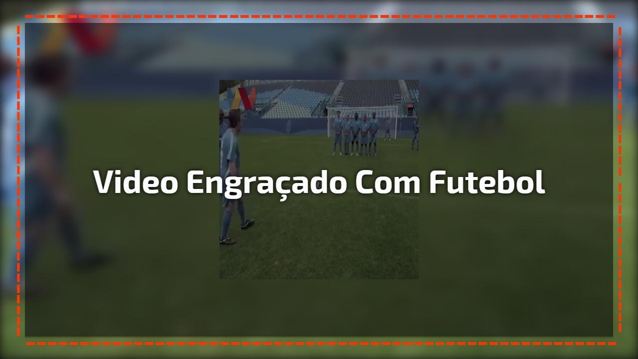 Video engraçado com jogo de futebol, será que a bola vai no mesmo lugar?