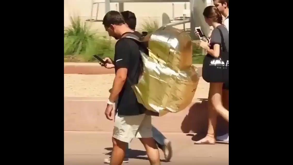 Pegadinha da mochila gigante