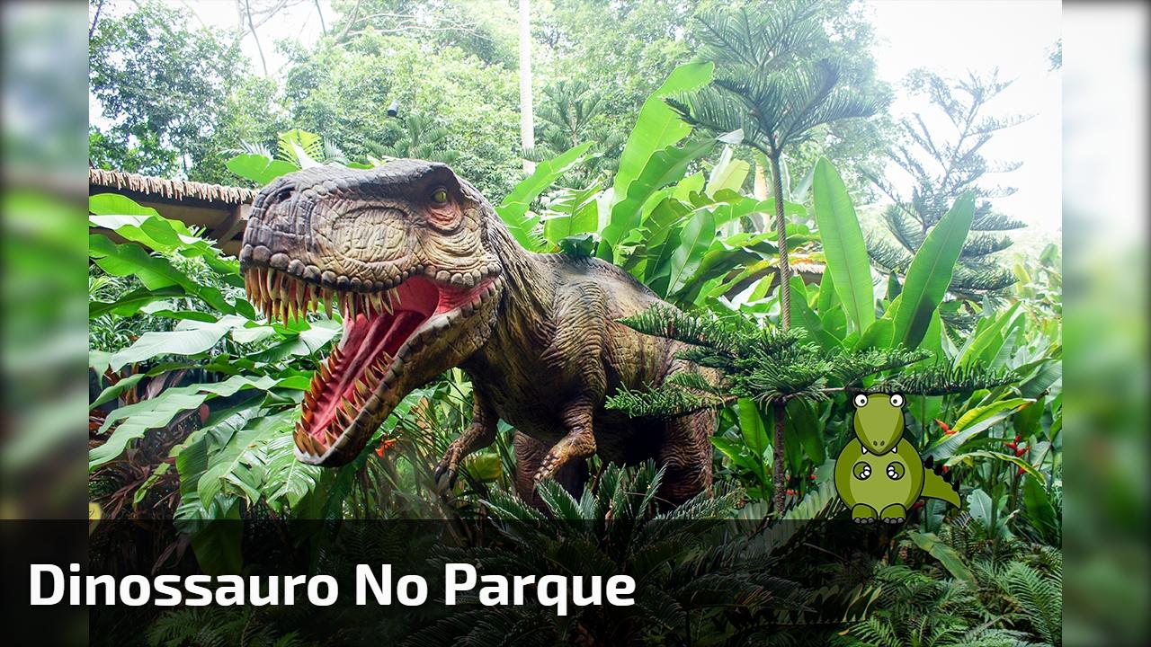 Dinossauro no parque