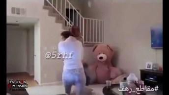 Pegadinha Do Urso De Pelúcia Que Mexe, A Mãe Pega A Criança E Sai Correndo!
