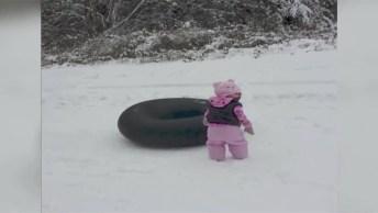 Cachorro Brincando De Escorregar De Barriga Na Neve, Olha Só Que Engraçado!
