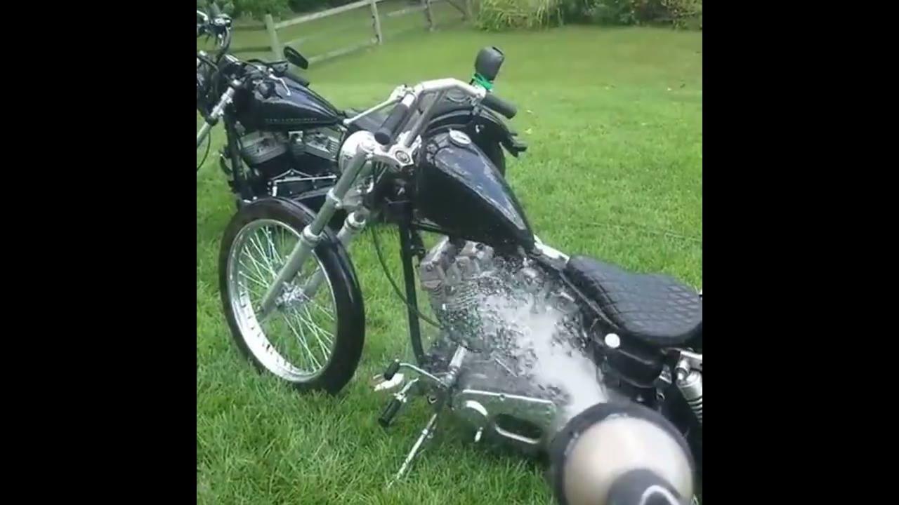 Cachorro não quer que dono lave a moto, kkk
