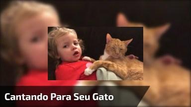 Garotinha Cantando Para Seu Gatinho Dormir, Que Fofura De Vídeo!
