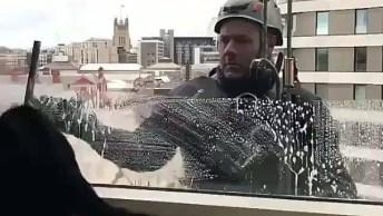 Gatinho Brincando Com Homem Limpando O Vidro, Olha Só Que Fofo!