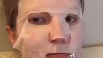 Gatinho Intrigado Com Dona Com Mascara De Tratamento, Olha Só Que Engraçadinho!